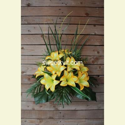 Ритуальный букет лилия с папоротником, 45 см